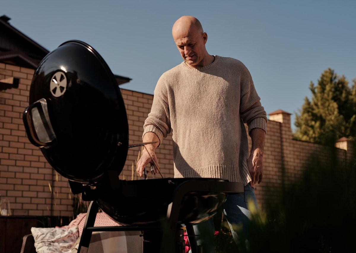 mężczyzna grilluje