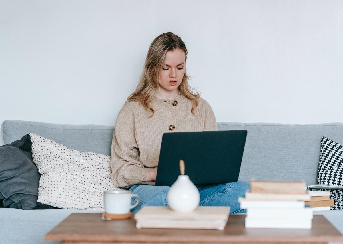 dziewczyna z laptopem